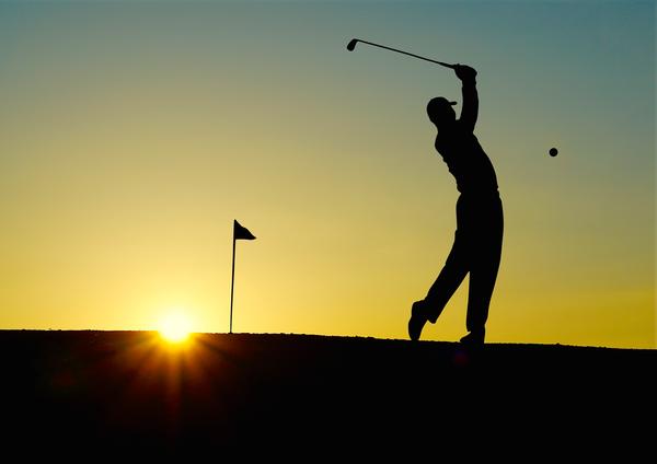 Herren Golf im Sonnenuntergang