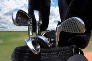 Schläger in Golfset auf Golfplatz