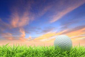Damit der Golfball nicht am Horizont, sondern im Loch landet: Golfsets vergleichen einfach online