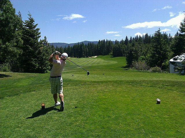 Golfer beim Tee Shot mit Golfschwung