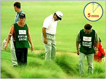 Spieler suchen nach einem Golfball