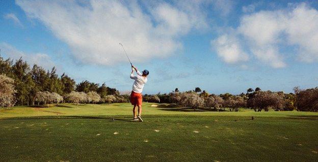 Junger Mann golft